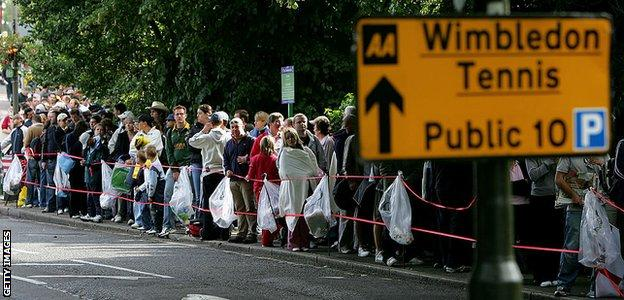 Queues on People's Sunday in 2004