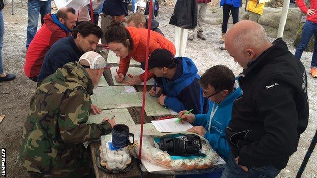 Runners using map