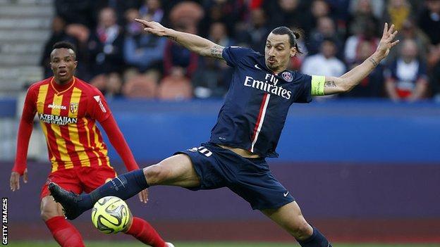 Zlatan Ibrahimovic topu kontrol ediyor