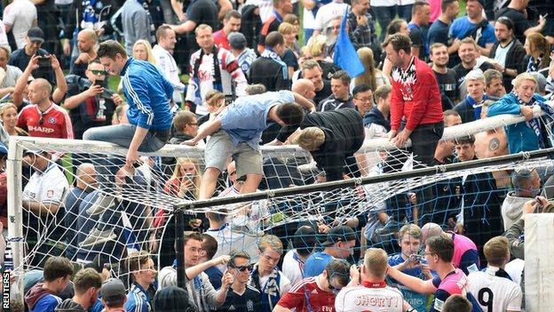 Hamburg celebrate Bundesliga survival