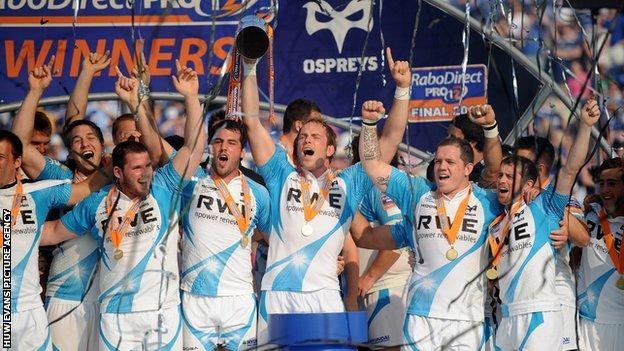Ospreys celebrate winning the 2012 Pro12 final