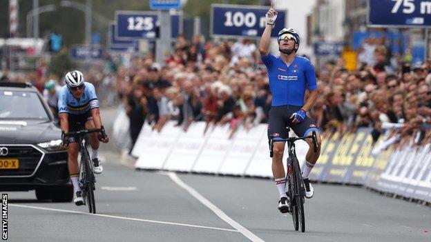 Elia Viviani celebrates winning the European Road Championships