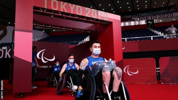 Miembros del equipo de rugby en silla de ruedas de Nueva Zelanda llegan a la cancha