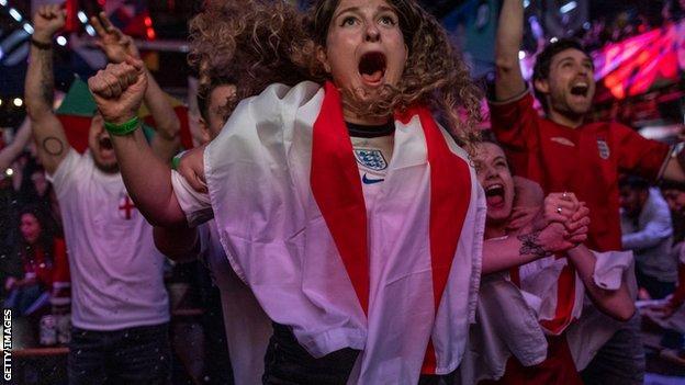 Il tifoso inglese festeggia a Londra