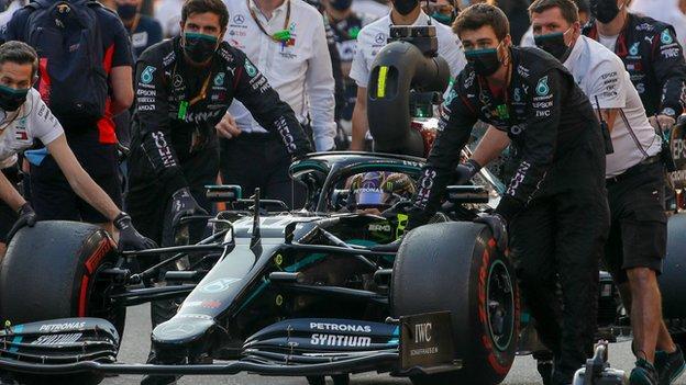 Tim Mercedes dengan mobil Lewis Hamilton
