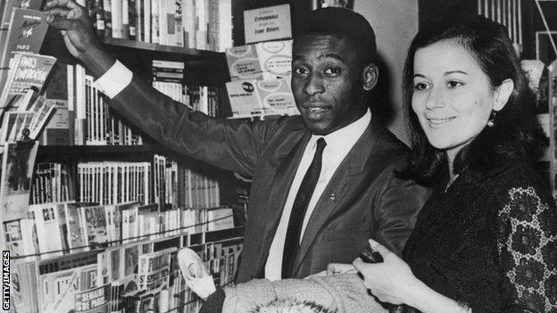 Pelé e Rose in una biblioteca di Parigi.