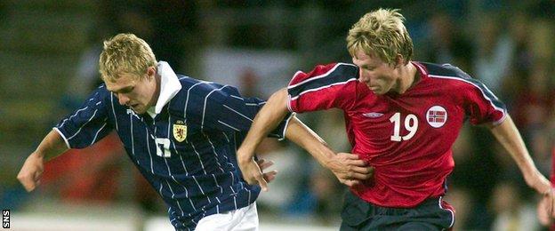 On his Scotland debut, Darren Fletcher twists away from Norway's Jan Gunnar Solli