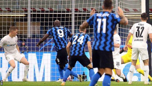 Romelu Lukaku scores for Inter Milan against Borussia Monchengladbach in the Champions League