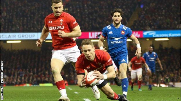 Liam Williams going over to score