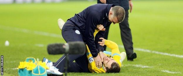 Nigel Pearson grabs James McArthur by the throat