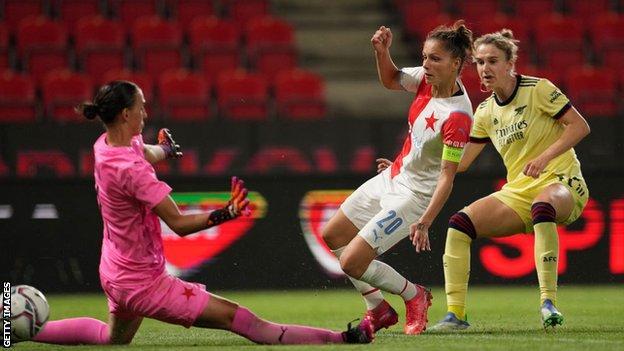 Vivianne Miedema scores for Arsenal in Prague