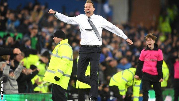 Duncan Ferguson celebrates Everton scoring against Leicester