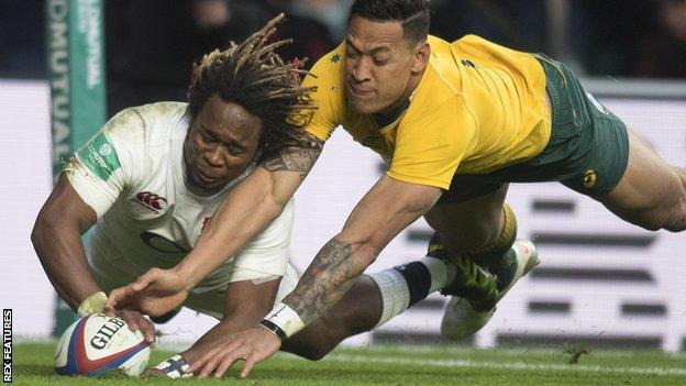 Marland Yarde beats Israel Folau to the ball to score against Australia