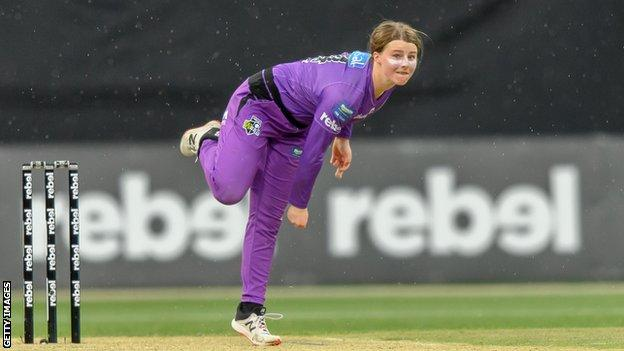 Hobart Hurricanes' Amy Smith bowls