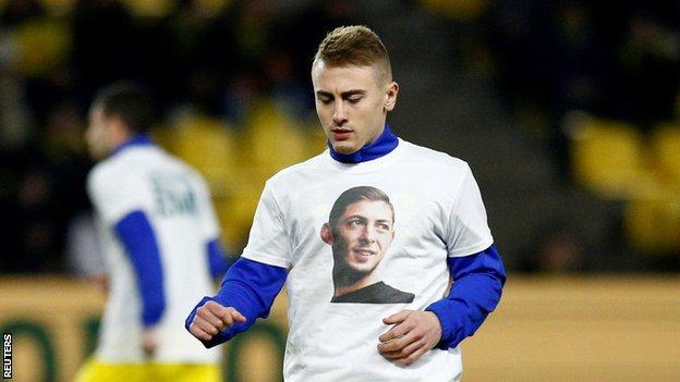 Nantes captain Valentin Rongier warms up wearing a t-shirt bearing a photo of Sala