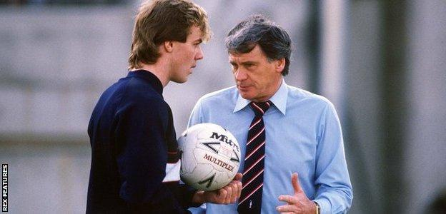 Kerry Dixon (left) and Bobby Robson