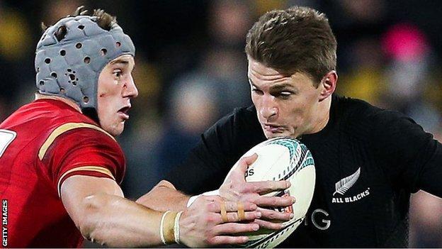 Jonathan Davies tackles Beauden Barrett