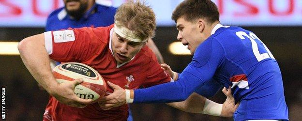 Aaron Wainwright evades a tackle while playing France