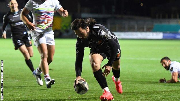 Jordan Williams scores the opening try against Zebre