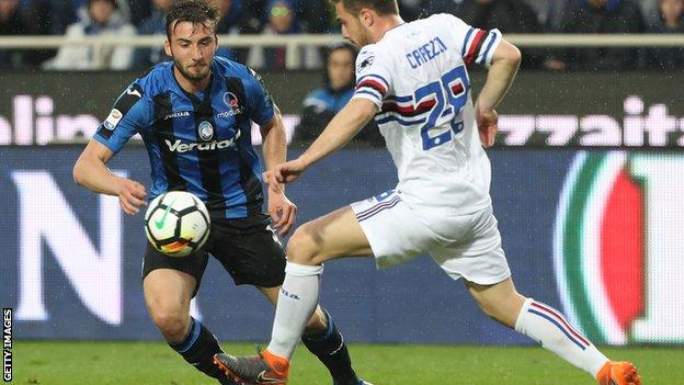 Bryan Cristante of Atalanta competes for the ball with Leonardo Capezzi of Sampdoria