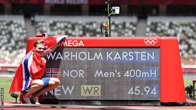 Karstenas Warholmas pozuoja su pasaulio rekordu