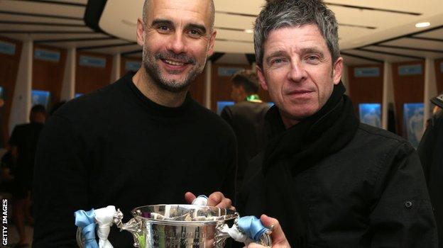 Pep Guardiola และ Noel Gallagher ฉลองชัยชนะ Carabao Cup ของเมืองที่ Wembley ในปี 2020