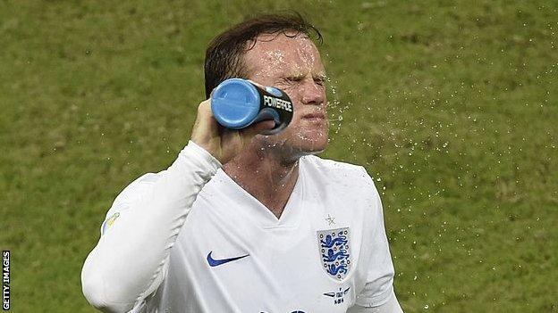 Wayne Rooney splashes water on his face