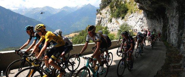 Chris Froome lead the peloton through a mountain pass