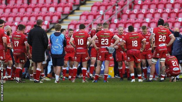 Scarlets squad after the 57-14 home defeat to Sale in the Heineken Champions Cup