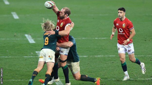 Alun Wyn Jones tackled by Faf De Klerk