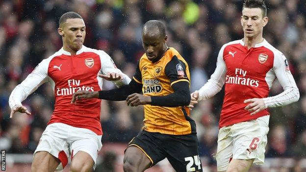 Sone Aluko vies with Kieran Gibbs and Laurent Koscielny