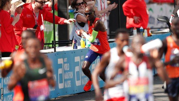 Mo Farah involved in confusion at drinks station