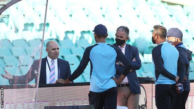 El personal indio habla con Nick Hockley, gerente general de Cricket Australia (extremo izquierdo) después de que el juego termina el tercer día de la tercera prueba.