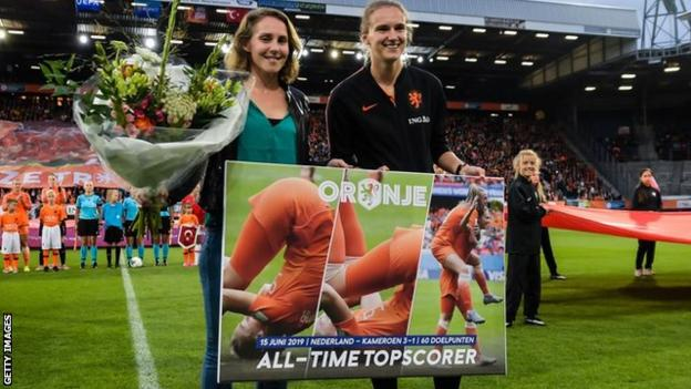 Vivianne Miedema being presented with an award for breaking the Dutch all-time scoring record