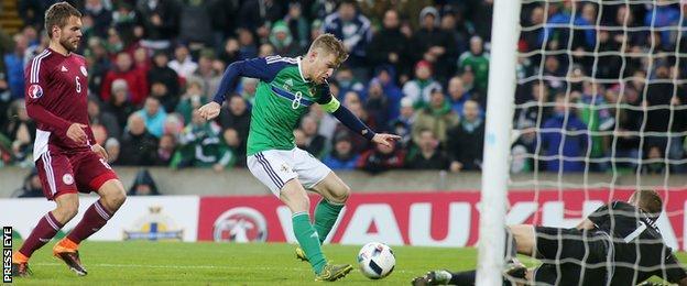 Steven Davis scores for N Ireland