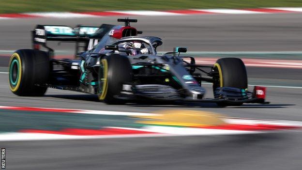 刘易斯·汉密尔顿(Lewis Hamilton)在巴塞罗那进行的季前测试中驾驶他的梅赛德斯