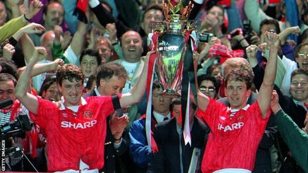 Steve Bruce and Bryan Robson lifting the Premier League trophy in 1993