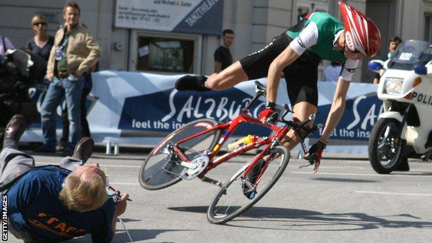 Chris Froome crashes in Salzburg