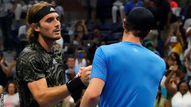 Ο Στέφανος Τσιτσιπάς και ο Άντι Μάρεϊ δίνουν τα χέρια μετά το US Open