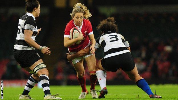 Elinor Snowsill runs with the ball for Wales