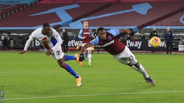 Christian Benteke, Londra Stadyumu'nda West Ham karşısında Crystal Palace'ı yönetiyor