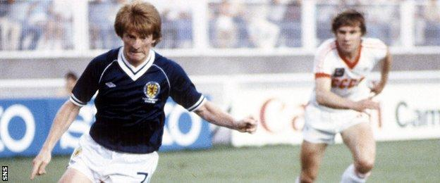 Gordon Strachan playing for Scotland against USSR in 1982