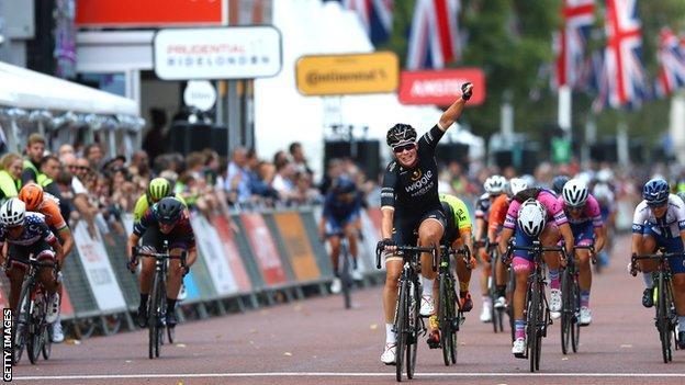 Kirsten Wild beats fellow Dutch rider Marianne Vos in a sprint finish
