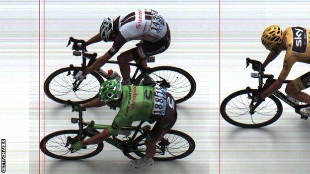 Rigoberto Uran (bottom) beats Warren Barguil (top) on stage nine