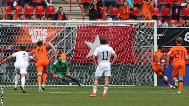 Memphis Depay scores a penalty for the Netherlands