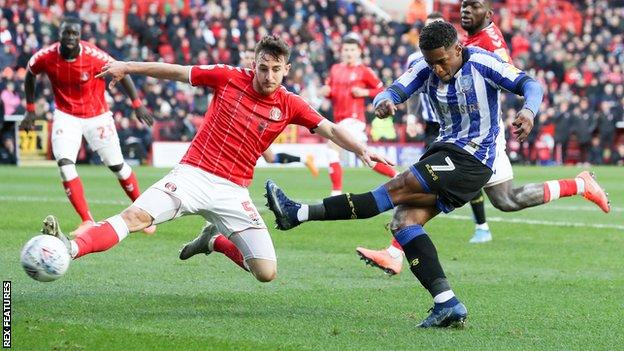 Kadeem Harris of Sheffield Wednesday (R) goes close as Tom Lockyer of Charlton Athletic