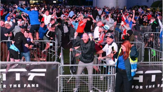 I tifosi del Manchester festeggiano la vittoria di Harry Kane contro la Danimarca