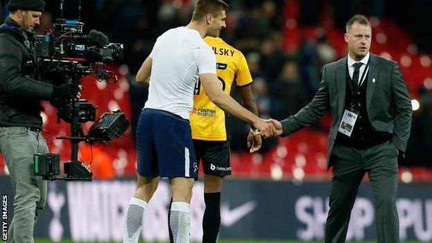 Fernando Llorente shakes hands with Michael Flynn