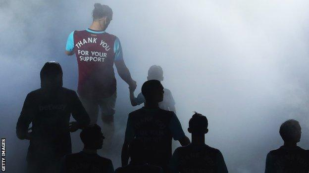 Andy Carroll and the rest of current West Ham squad thank fans