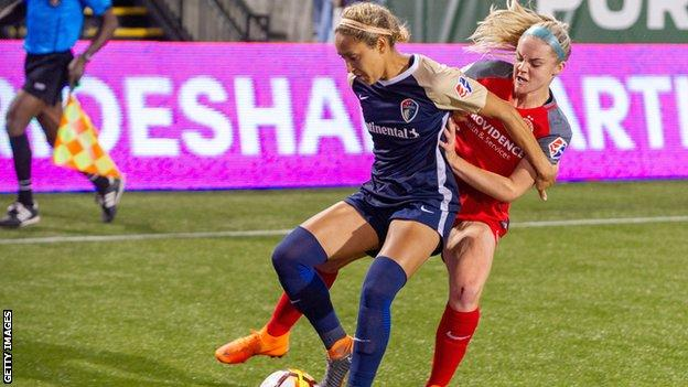 Jaelene Hinkle (L) in action for North Carolina Courage